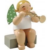 Engel mit Trompete, sitzend, blond