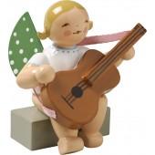 Engel mit Gitarre, sitzend, blond